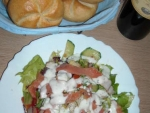 Retete low-carb: Salata cu somon afumat si dressing de iaurt